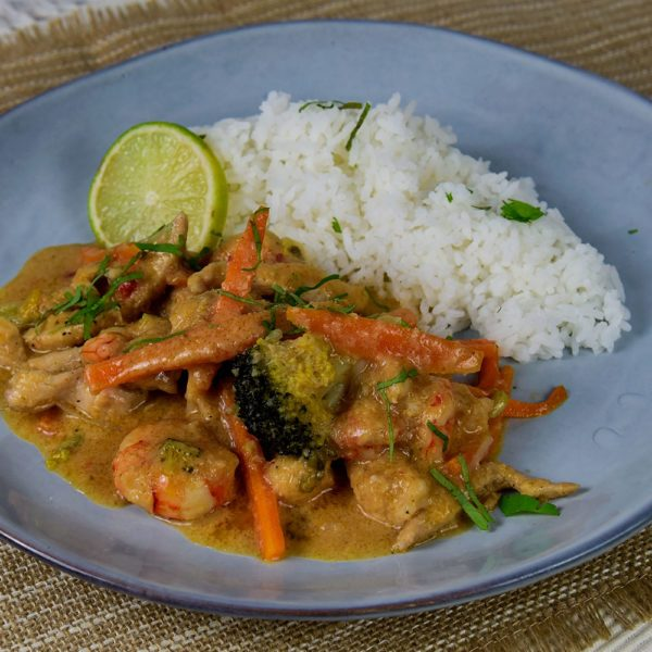 Sambal de pollo y langostinos con arroz jazmin