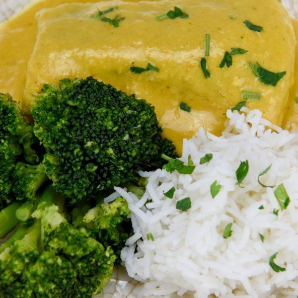 Lomo de merluza al curry con arroz y brócoli
