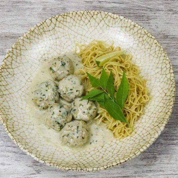 Dumplings de pescado y marisco con curry verde y noodles