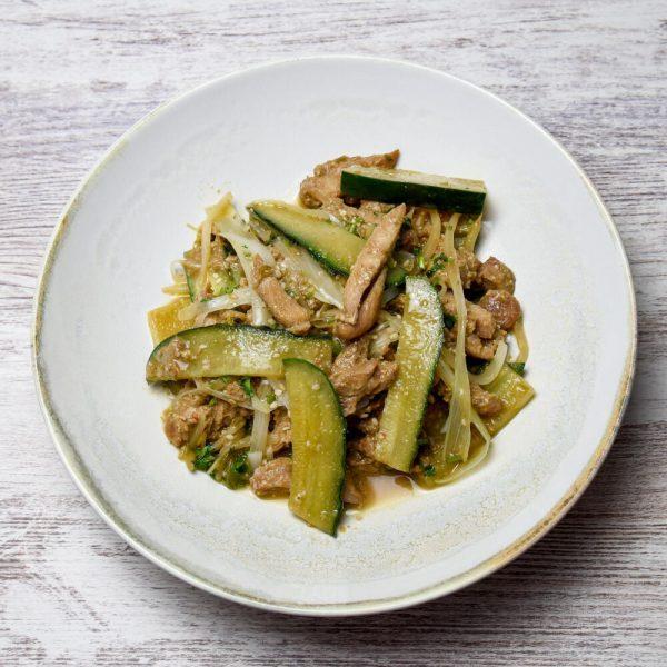 Ensalada de pepino y pollo con salsa de sésamo