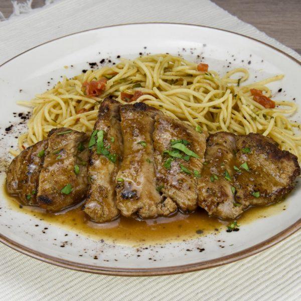 Solomillo marinado y spaghetti al aroma de lima