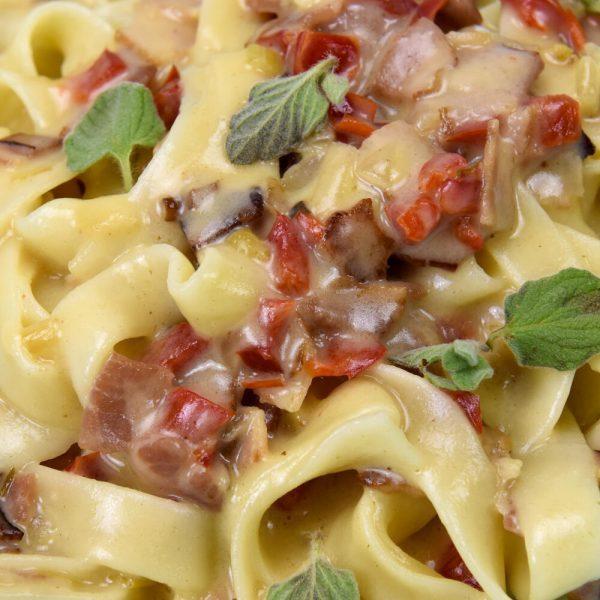 Tagliatelles a la crema con bacon y vegetales