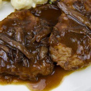 Escalopines de solomillo con setas, cebolla caramelizada y gnocchis con parmesano, plato completo y rico