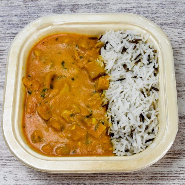 Curry de pollo, mantequilla y tomate
