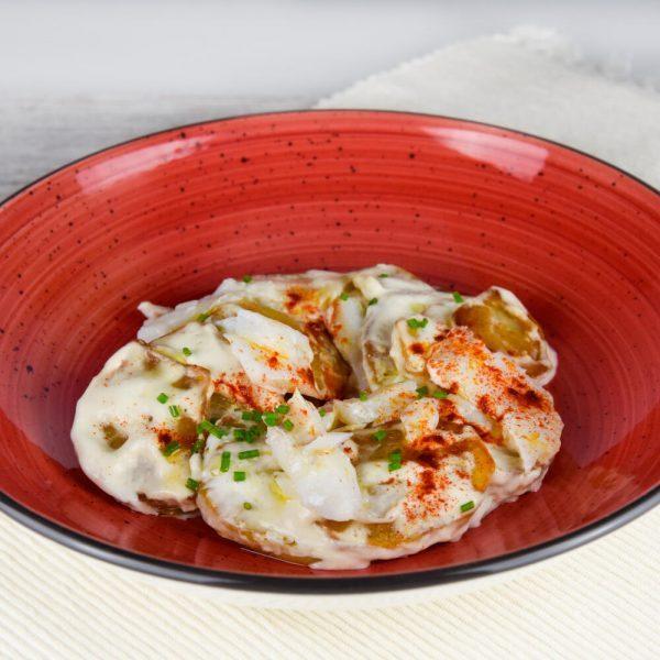 Patatas con ali oli, escamas de bacalao, pimentón y oliva virgen