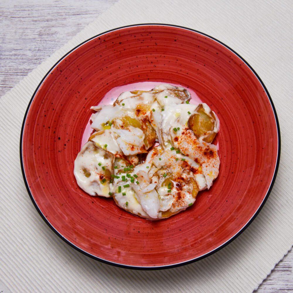 Patatas con ali oli, escamas de bacalao, pimentón y oliva virgen (4)