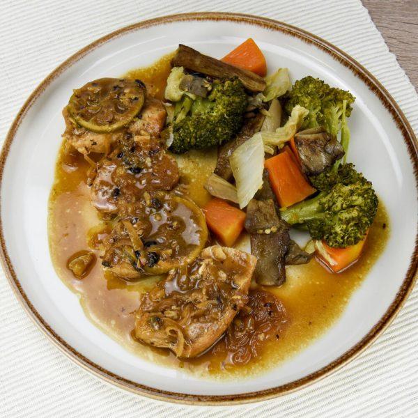 Pechuga de pollo con lima, salsa hoisin y vegetales salteados