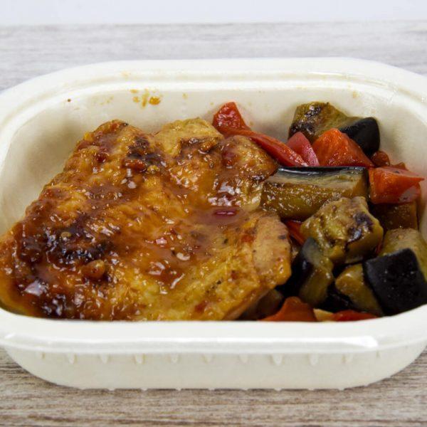Pollo glaseado, noodles y salteado de berenjenas y pimiento rojo TupTup