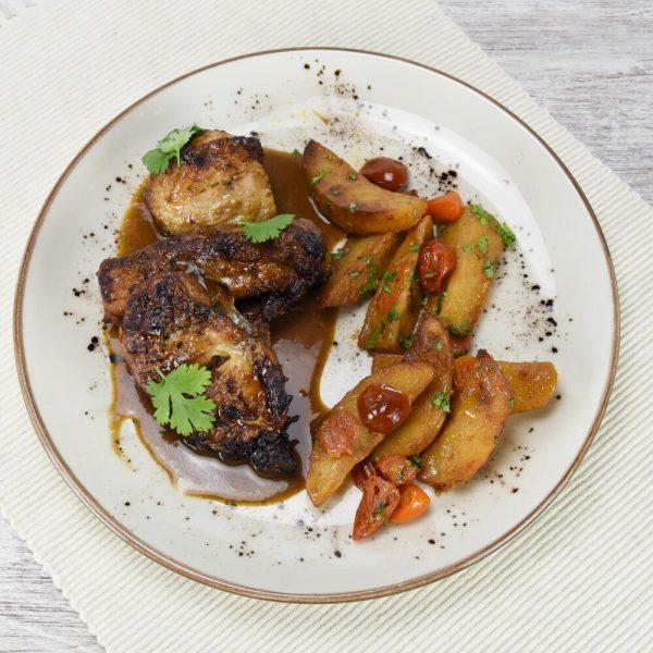 Pollo asado glaseado con tamarindo y patatas especiadas