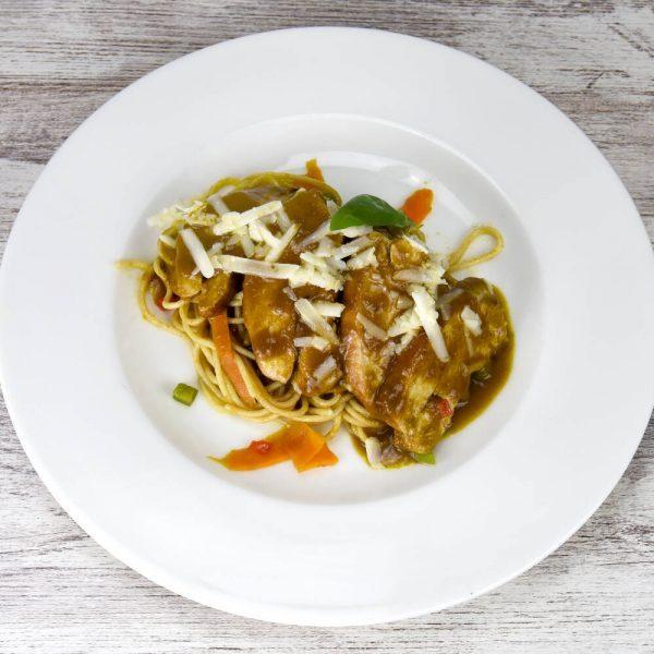 Pollo escabechado con pasta integral, parmesano y vegetales plato completo