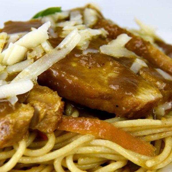 Pollo escabechado con pasta integral, parmesano y vegetales