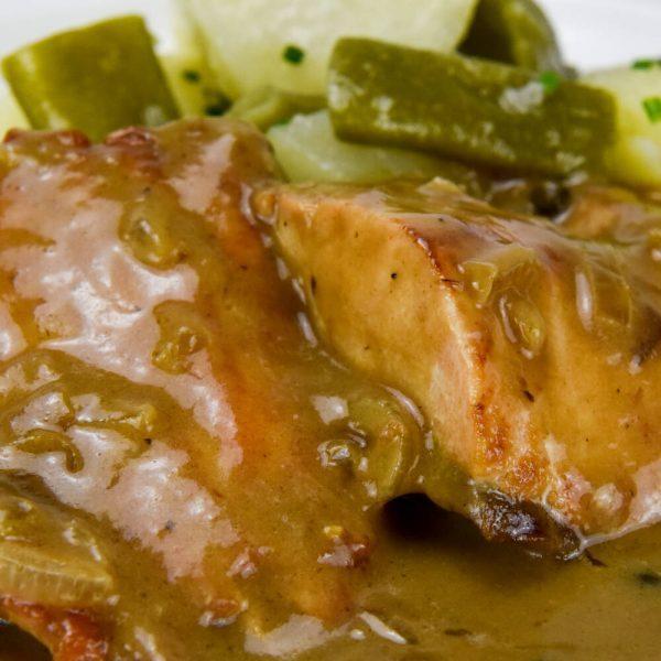 Salmón a la pimienta con judías verdes y patata al vapor