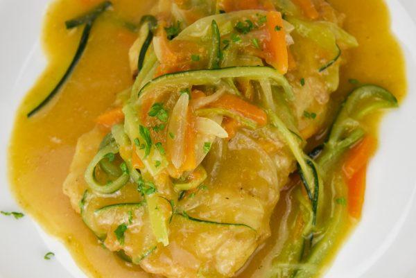 Merluza rellena de centollo en salsa de cigalitas con tallarines de verduras