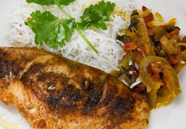 Salmon al vapor con salsa hoisin, col china y arroz basmati y salvaje
