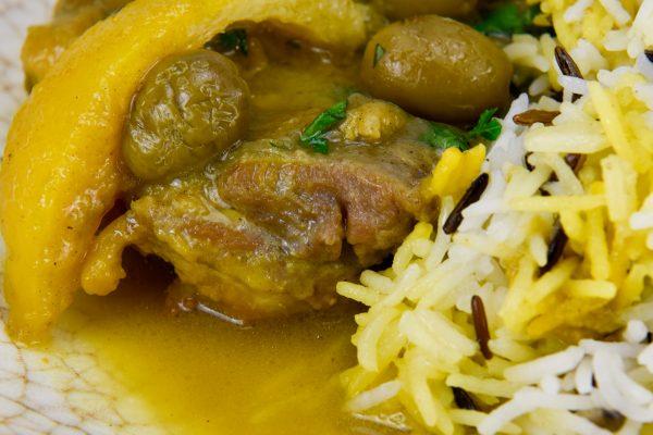 Tahine de pollo con limones y aceitunas